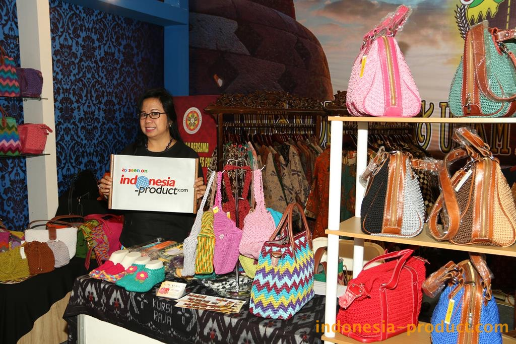 , Kawoeng Radjut produces various kind of accessories ranging from veils, hijabs, bags, wallets, mobile phone case, hairband accessories, socks, tablecloths, and all these crafts that are made by woven and knit with high quality of nylon yarn