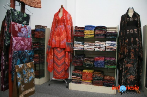 "Batik Kunto creates and designs their own batik motifs with the motto ""One Product One Design"""