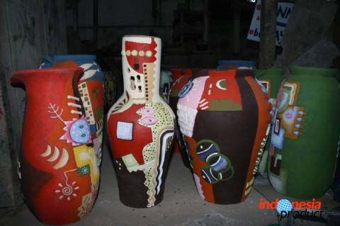Pottery decorative handicrafts that ranging from ashtrays to this vase have various kind of motifs, colors, and shapes