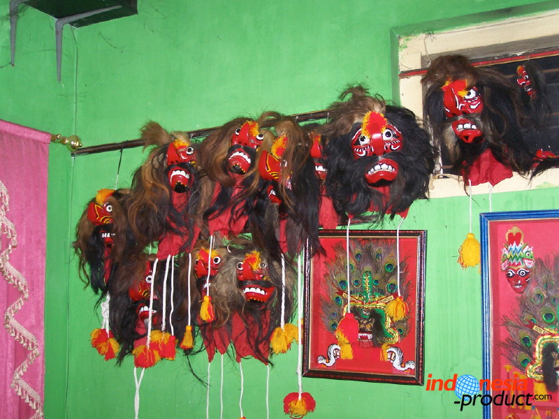 Reog ponorogo the beautiful handicraft with ethnic value art from reog told about the struggle for a prince who will propose to a lovely pretty princess this dance is staged about 25 40 dancers and the musician thecheapjerseys Gallery