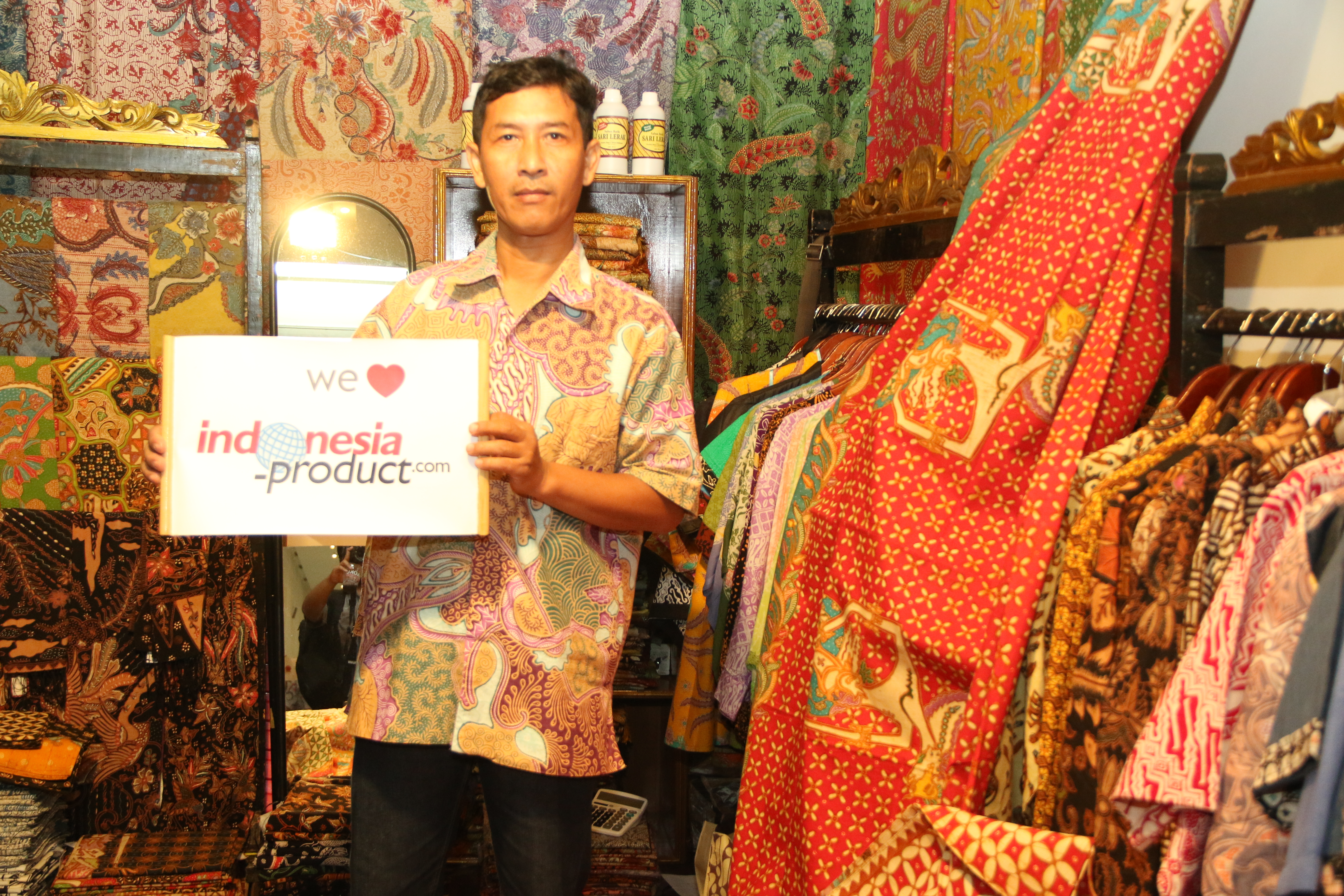 Moro Dadi Batik supplies not only variety clothes like shirt for man and woman, but also fabric products with various ethnic and beautiful motifs