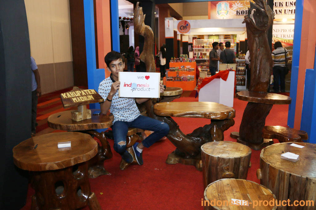 Waste wood and teak root products of Akar Jaya are made by skilled craftsmen and experts, who faithfully follow the projects of the great home furniture design