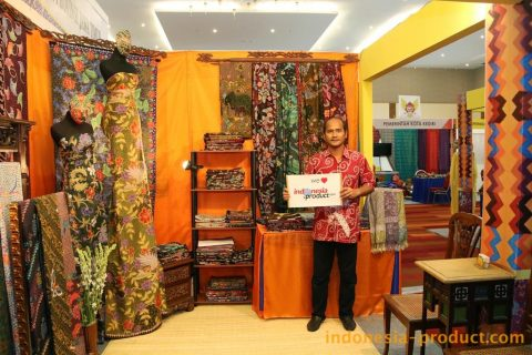 Batik colors and motif products of Canting Wira show the style of East Java Batik